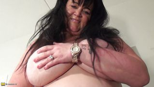 A Mature Women Playing With Herself And Giving Blowjob