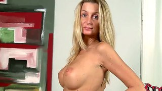 Fascinating American Escort Unbares Nightwear And Plays With Her Pussy