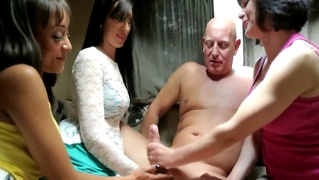 Sexy Cfnm Babes Orally Massaging Dick