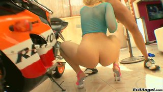 College Honey Alexis Texas Has A Big Ass