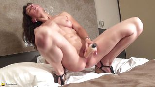 Sexy Mature Uses Vibrator On Her Cunt