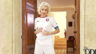 Sporty Blonde Babe Is Going To Have Some Really Nice Posing In Front Of Camera