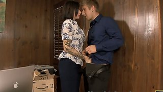 Juelz Ventura Wants To Make A Deepthroat In Her Office