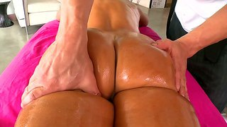 Lisa Ann Gets Massage On The Hot Oiled Body
