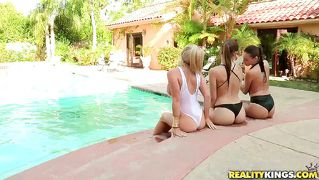 Three Sexy Chicks In Paradise!