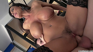 Livegonzo Lisa Ann Busty Mature Slut Gets Down And Dirty