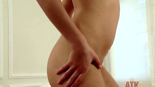 Brunette Oriental Lyen Parker With Moist Hole Goes Solo