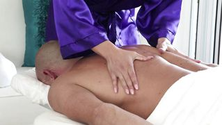Horny And Sensual Bitch Gives A Massage