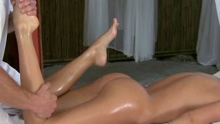 Model Gets Erotic Massage From Horny Stud Before Blowing Him