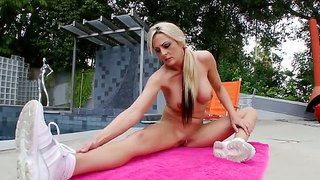 Sindy Lange Has Her Pussy Oiled Up & Rubbed