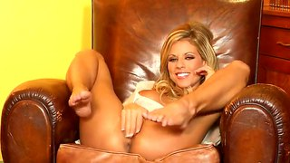 Sweet Nicole Graves Giving Herself A Sweet Sensation Rubbing Her Pussy